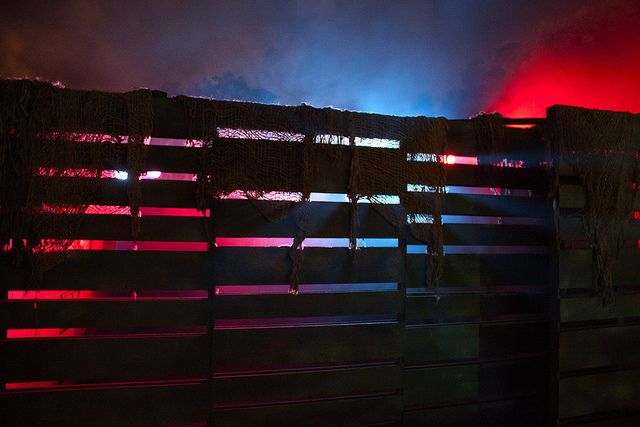 How to use pallets for hearthoween halloween decor for Diy haunted house walls